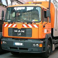 Müllwagen verursacht spektakulären Unfall in Schildgen