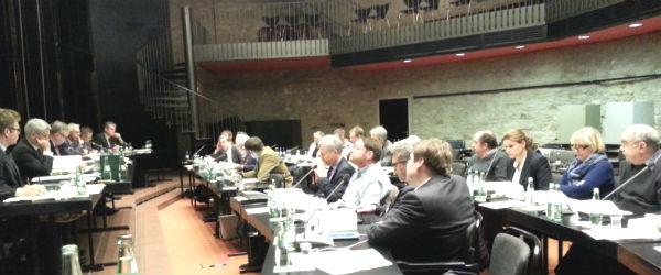 Detailverliebt und zahlenversessen, der Haupt- und Finanzausschuss im Rathaus Bensberg
