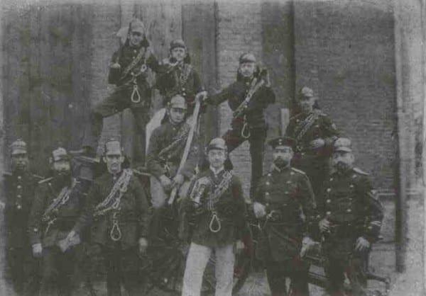 Feuerwehrleute mit einem Schlauchwagen im Jahre 1903