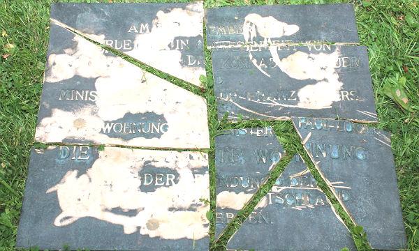Die zerstörte Original-Bronzeplatte aus Kippekausen