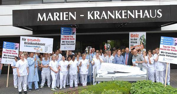 Krankenhaus-Mitarbeiter zeigen Flagge