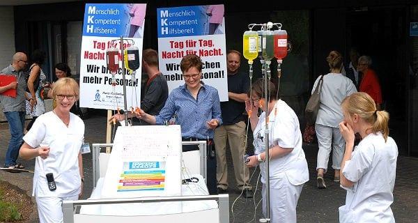Mitarbeiter des Marien-Krankenhaus Bergisch Gladbach demonstrieren für eine bessere Ausstattung