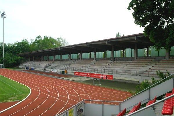 Pult statt Giebel: das neue Tribünendach in der Belkaw-Arena
