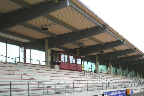 Die Tribüne im Belkawstadion mit dem neuen Pultdach.