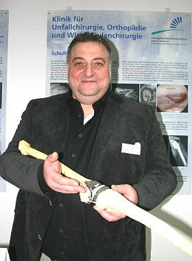 Beispiel Knie: Im EndoProthetikZentrum baut Gennaro Manzo künstliche Gelenke ein. Foto: EVK