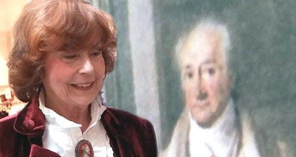 Barbara Stewen vor dem Goethe-Standbild der Goethe Gesellschaft