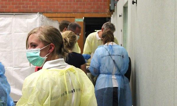 Flüchtlinge in der Erstaufnahme Bergisch Gladbach: Mitarbeiter des DRK kümmern sich um die Menschen