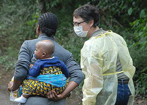 Die zweite Gruppe von Flüchtlingen trifft in der Erstaufnahme in Sand ein, darunter auch kleine Kinder.