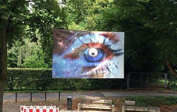 Das Werk von Edda Jende weist auf die Ausstellung in der VHS hin