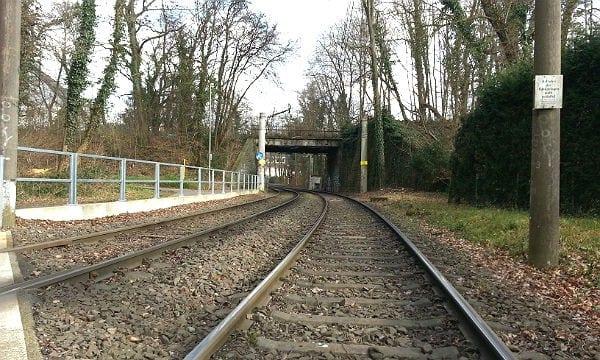 Hier müssen Radfahrer, die parallel zum Bahndamm unterwegs sind, die Linie 1 der KVB queren