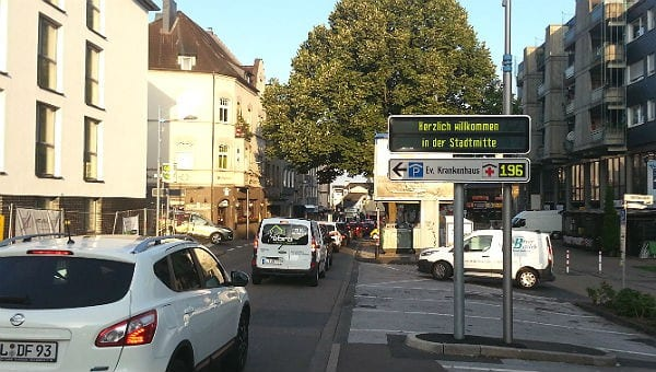An der oberen Hauptstraße vor der Kreuzung zur Odenthaler staute sich heute für der Verkehr leicht zurück