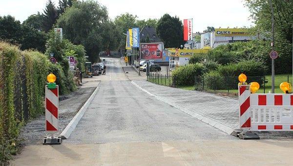 Der Mühlenweg aus Richtung Innenstadt gesehen, jetzt mit zwei Bürgersteigen