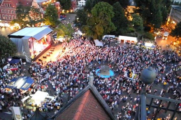 Der Konrad-Adenauer-Platz beim Benefizkonzert von Hits für Hospiz 2015. Foto: W. Schmitz-Dietsch