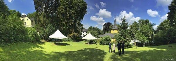 Der Kirchgarten hinter der Gnadenkirche. Bergisch Gladbach. Foto: Manfred Esser
