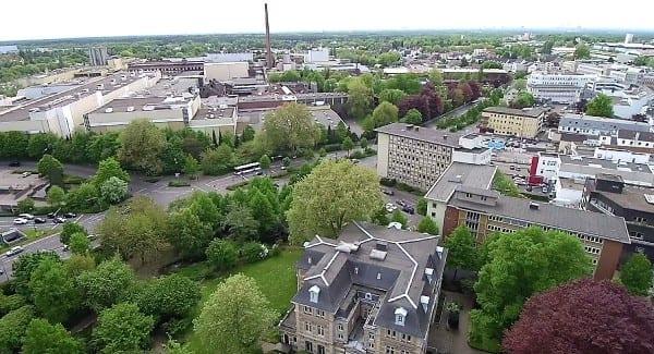 Von der Villa Zanders über das alte Stadthaus zur Papierfabrik. Foto: Stefan Krill