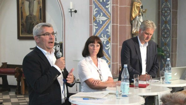 Lutz Urbach mit Ingeborg Schmidt (DRK) und Georg Watzlawek (Bürgerportal)