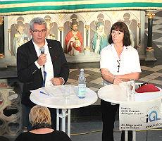 Lutz Urbach und Ingeborg Schmidt informieren über die Flüchtlingssituation in Bergisch Gladbach Sand, Kirche St. Severin