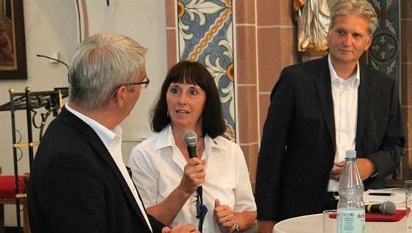 """Ingeborg Schmidt (DRK) wird von den Flüchtlingen """"Mam"""" genannt. Hier mit Lutz Urbach und Georg Watzlawek"""