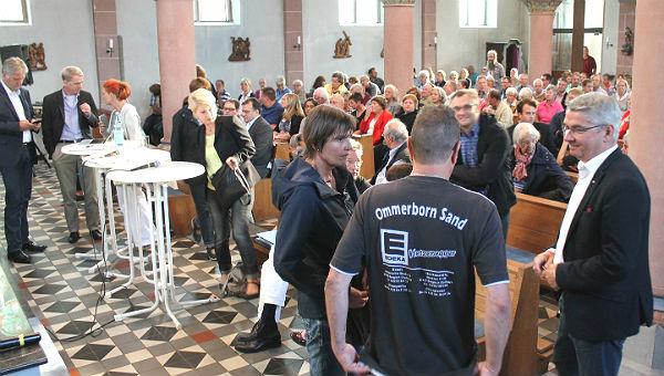 Informelle Gespräche am Rand der Veranstaltung in St. Severin