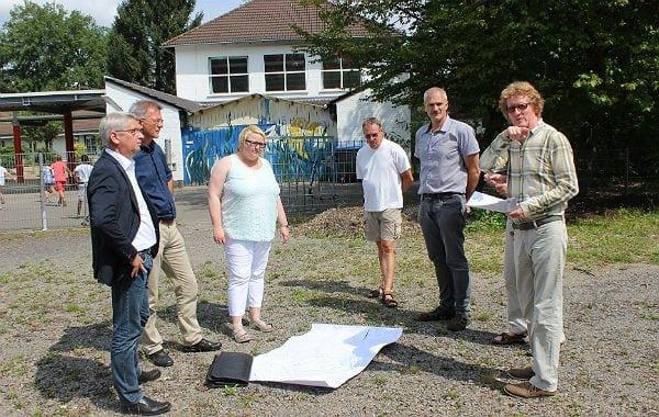 Bürgermeister, Fachbereichsleiter/-in, Hochbaumitarbeiter und Schulleiter bei der Besichtigung des Standorts