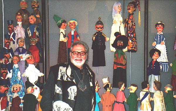 Trixini inmitten seiner eigenen Puppen. Foto: unbekannt; Archiv Piccolo Puppenspiele
