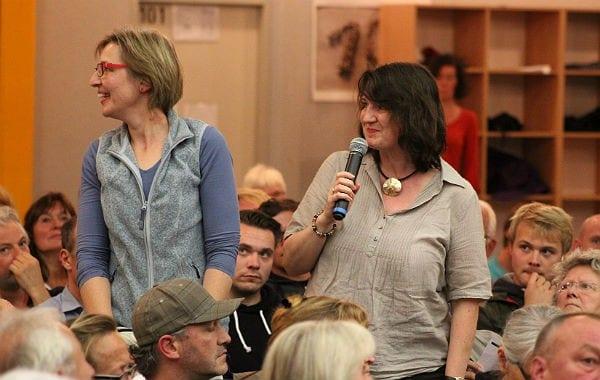 Ökumene in Aktion: Birgit Dwornicki und Karin Sahler organisieren einen Runden Tisch