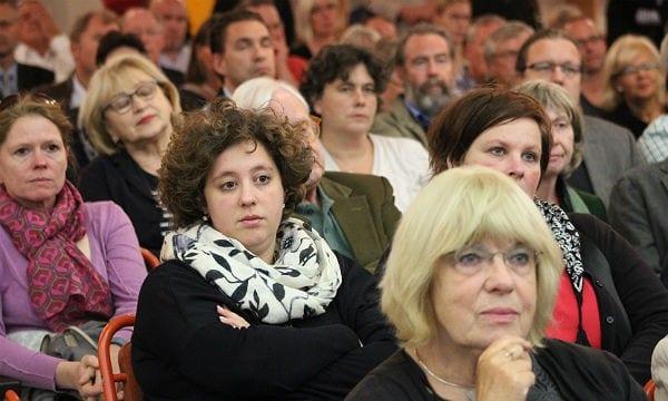 Es gibt im Saal auch skeptische Gesichter
