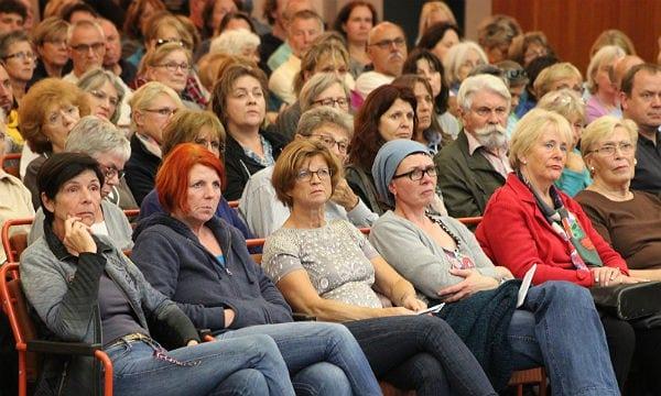 Aufmerksame Zuhörer bei der Bürgerversammlung
