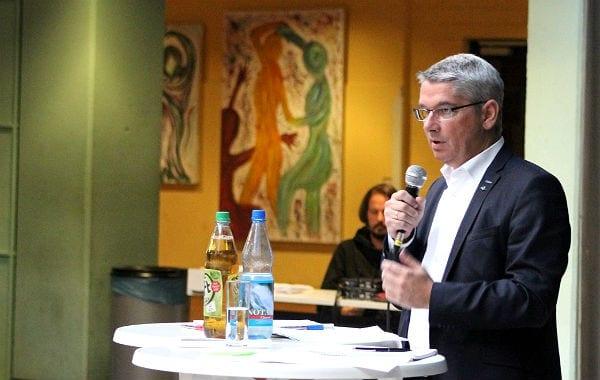 Lutz Urbach bei der Bürgerversammlung in der IGP