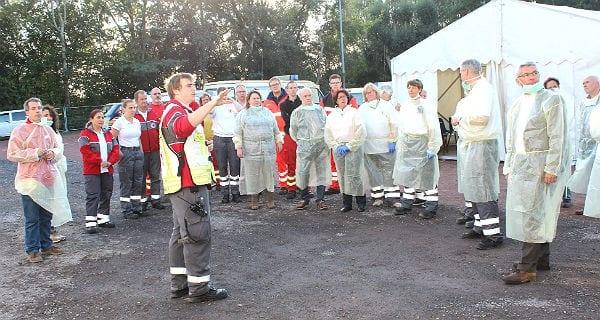 Die Helfer stehen bereit. Rechts: Bürgermeister Lutz Urbach