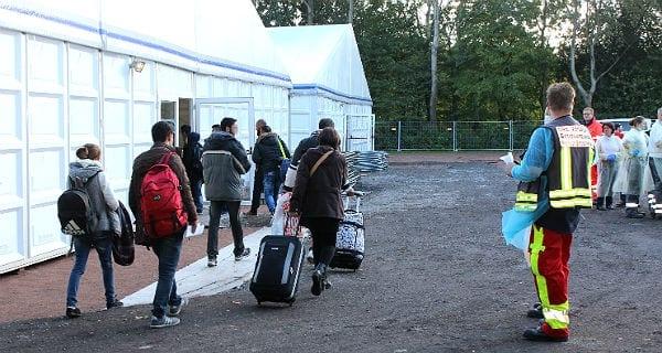 Eine neue Gruppe von Flüchtlinge trifft in Bergisch Gladbach-Katerbach ein