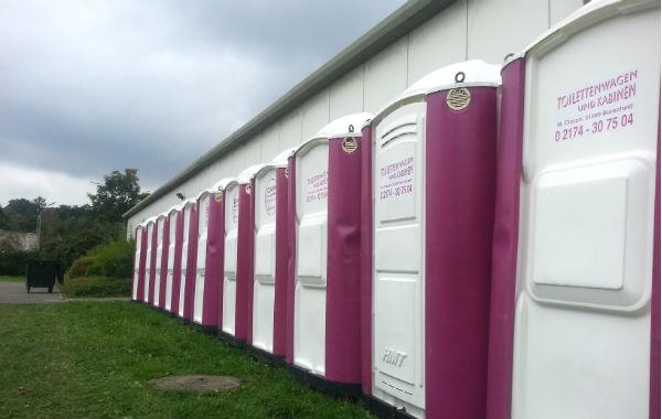 Vor der Turnhallen in Venauen mussten zusätzliche Toiletten aufgebaut werden