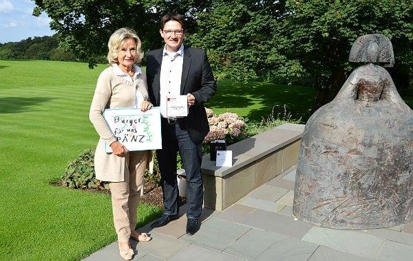Sylvia Zanders und Oliver Knigge stellen den Tischkalender vor