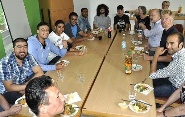 Essen und Spielen am großen gemeinsamen Tisch.