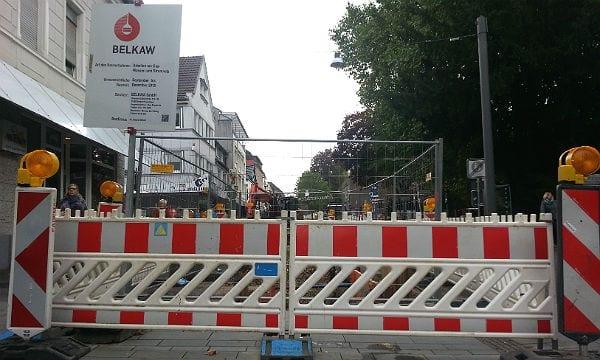 Absperrung am Ende der oberen Hauptstraße. Noch ist die Belkaw mit Vorarbeiten beschäftigt