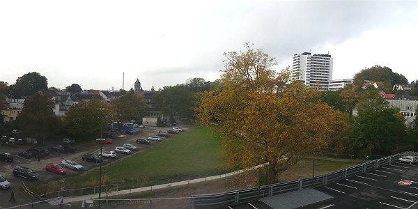 Blick über die Buchmühle. Unten die Parkpalette, danach das Areal für den Spielplatz, der Park und die Parkplätze - die im Januar wegfallen.