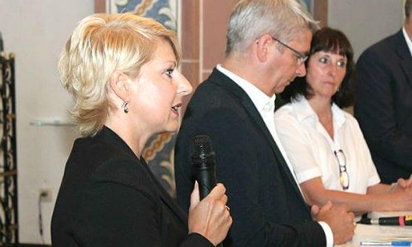 Claudia Kruse bei der Bürgerversammlung in Sand. Mit Bürgermeister Lutz Urbach und DRK-Chefin Ingeborg Schmidt