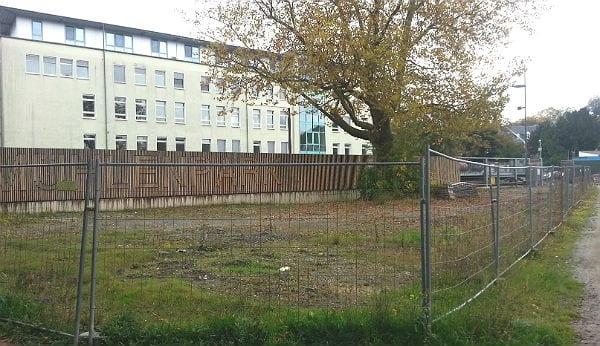 Vor der Parkpalette Buchmühle: Noch Brache, ab Ostern 2016 ein Spielplatz