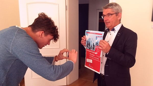 Bürgermeister Lutz Urbach präsentiert das neue Plakat