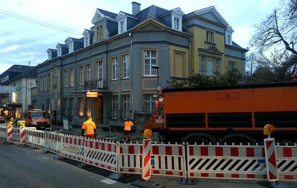 Die Baustelle der Belkaw an der Kreuzung Hauptstraße / Odenthaler Straße vor dem Kulturhaus Zanders