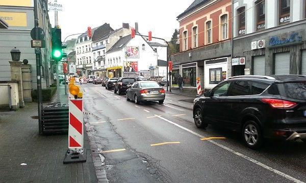 Vor dem Quirls wird eine Fahrspur gesperrt; Linksabbieger und Geradeausfahrer müssen sich eine Spur teilen.