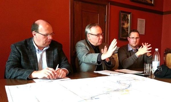 Baurat Stephan Schmickler (M.), SVG-Chef Willi Schmitz und Baustellenmanager Stefan Höller erläutern Bau- und Verkehrspläne