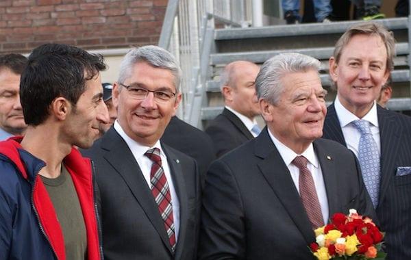 Bundespräsident Joachim Gauck mit Bürgermeister Lutz Urbach und Flüchtlingen am Lübbe-Haus