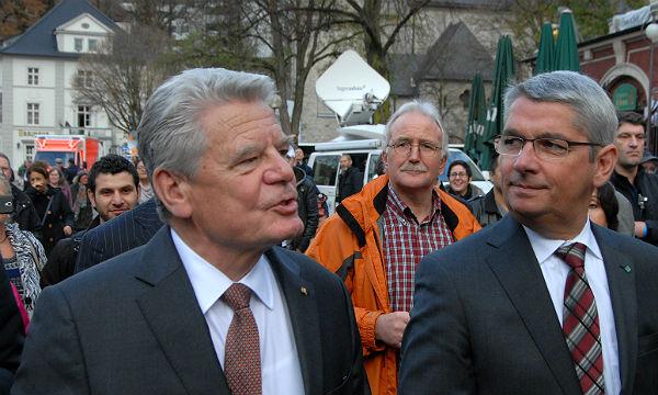 Bundespräsident Joachim Gauck und Bürgermeister Lutz Urbach auf dem Weg in den Bergischen Löwen