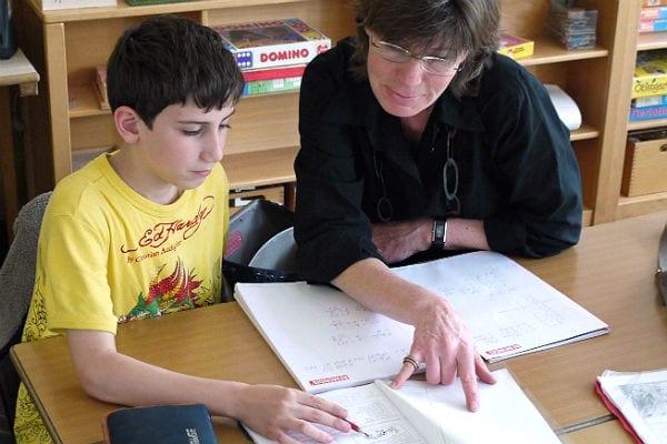 Eine MiKibU-Mentorin beim Sprachunterricht