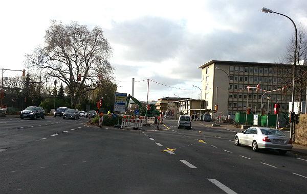 Der Blick in Richtung Driescher Kreisel: Die große Platane soll gerettet werden, aber die Bäume links und rechts verschwinden, der Mittelstreifen wird zurück gebaut.