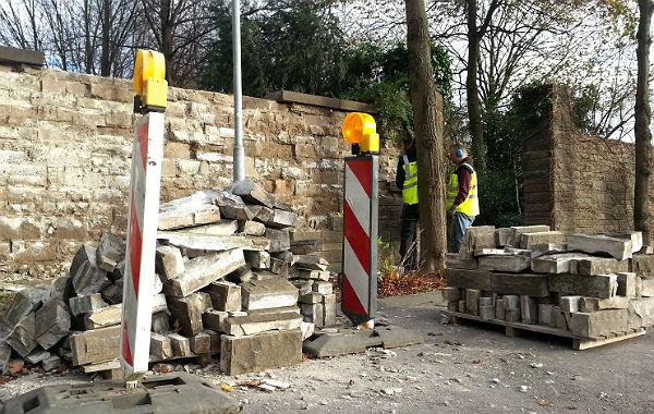 Die Bruchsteinmauer am Park der Villa Zanders wird demontiert; hier soll eine neue Sichtachse geschaffen werden