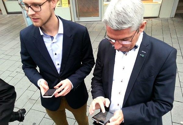 Bürgermeister Lutz Urbach und Wirtschaftsförderer Geist auf der Suche nach dem Netz