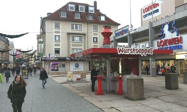 Fixpunkt der Fußgängerzone: Der Wurstseppel vor der Löwengalerie, im Hintergrund der Unitymedia-Shop