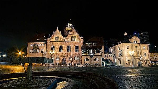 Aus einem Guss: Rathaus und Brauhaus am Konrad-Adenauer-Platz. Foto: Marcus Ruhkiek